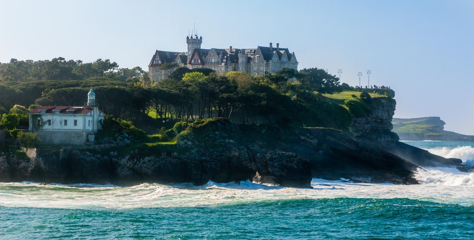 Rodeado de naturaleza puedes pasear y bañarte en sus playas.