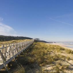 La playa de Loredo vista desde su peculiar pasarela de madera