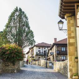 Santillana del Mar. En sus empedradas calles medievales encontramos múltiples talleres artesanos.