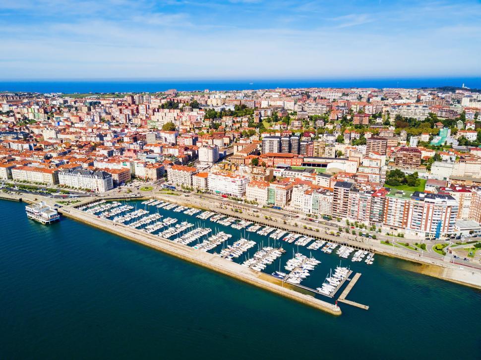 ¡No pierdas la oportunidad de visitar Santander, una ciudad imprescindible conocida por su belleza y gastronomía!