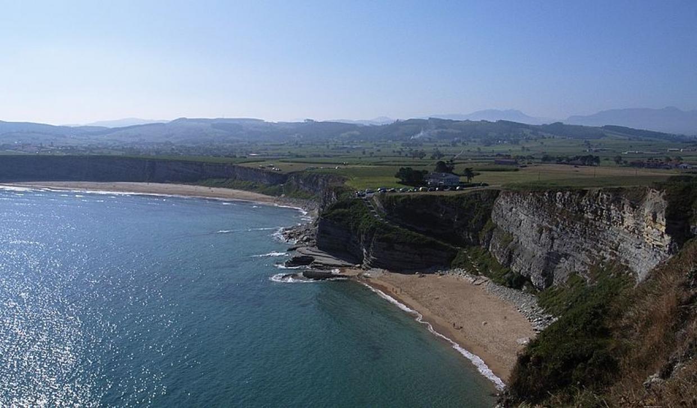La playa de Langre, escondida y protegida por los acantilados (foto: Wikimedia Commons)