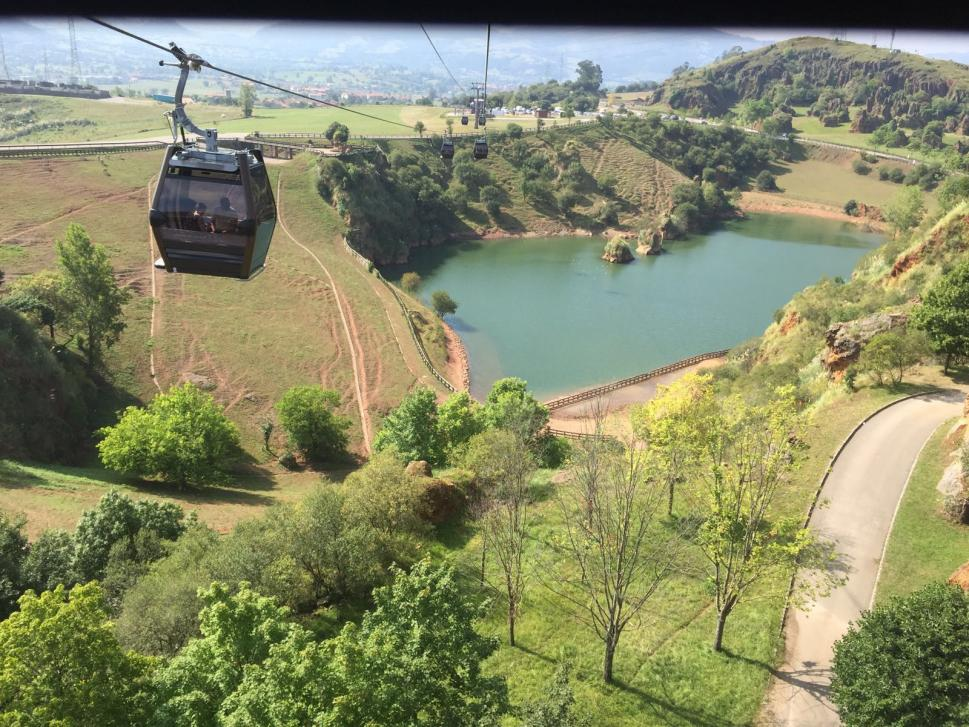 El Parque se puede recorrer en vehículo particular y también utilizando la red de telecabinas, que ofrece una visión aérea espectacular. (Foto: Turismo de Cantabria, turismodecantabria.com)