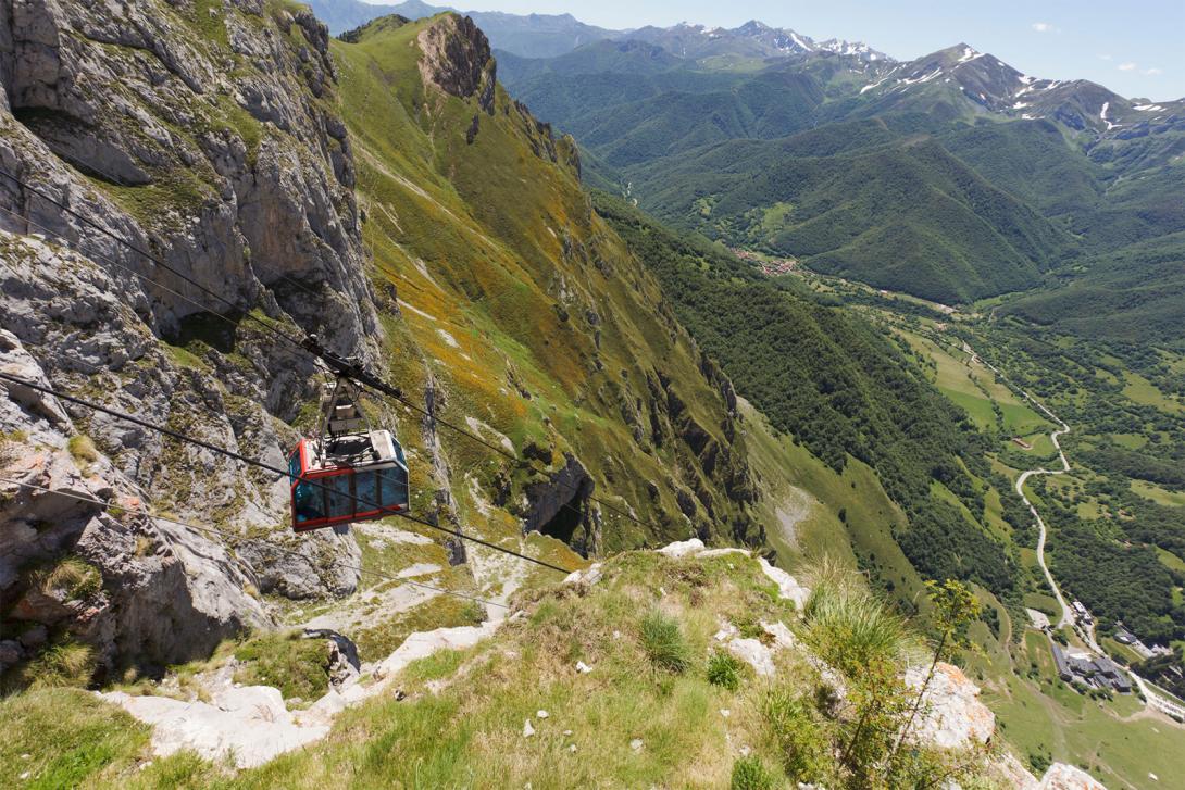 En Picos de Europa también cabe la posibilidad de hacer suaves paseos por valles o subir a un teleférico.