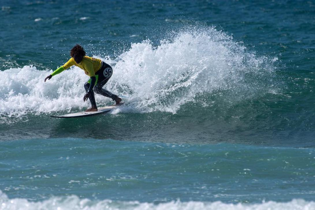 La Escuela cántabra de surf fue la primera que abrió en España (Fuente: escuelacantabradesurf.com).