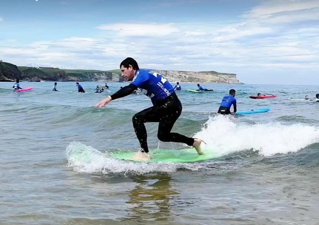La Escuela de surf Los Locos en Suances cuenta con profesores de nivel 2 de la ISA (Fuente: surfloslocos.com)