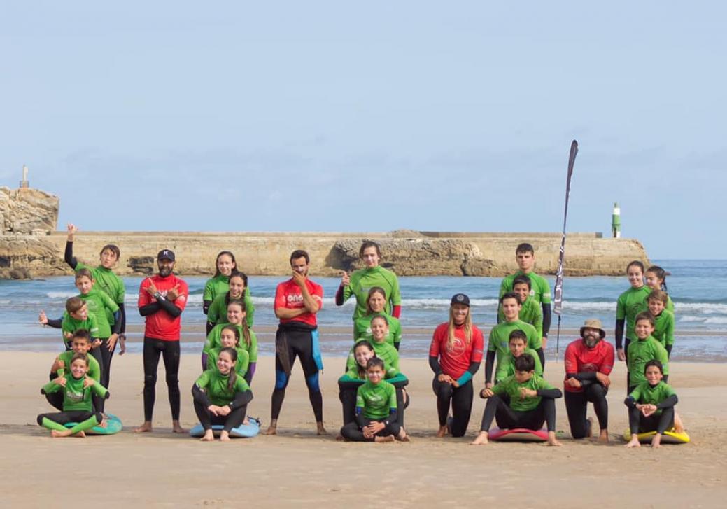 La Escuela de surf Buenaonda en San Vicente de la Barquera está especializada en niños y jóvenes (Fuente: escueladesurfbuenaonda.com)