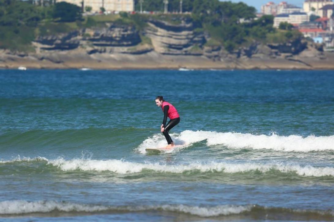 La Escuela de surf la Isla de Santa Marina imparte sus clases en Ribamontán al Mar (Fuente: escueladesurflaislasantamarina.es)