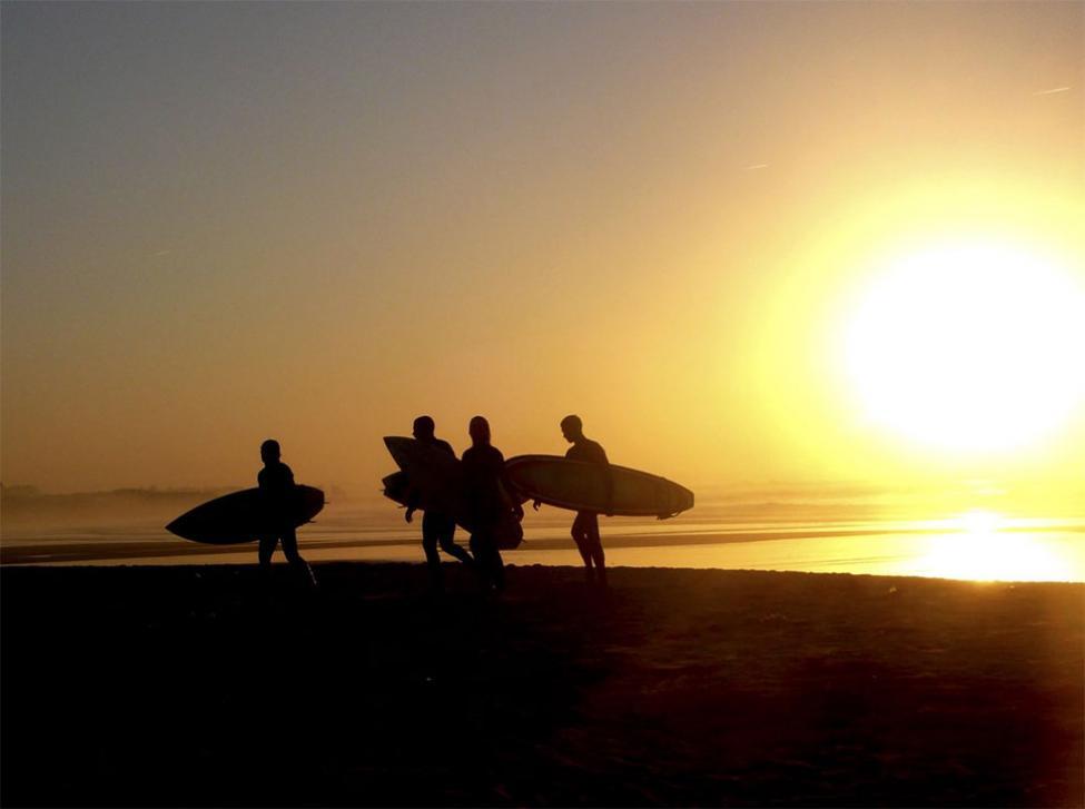 A lo largo de todo el arenal se respira un formidable ambiente surfero, sobre todo cuando se celebran campeonatos. Foto: Ayto. Ribamontán al mar