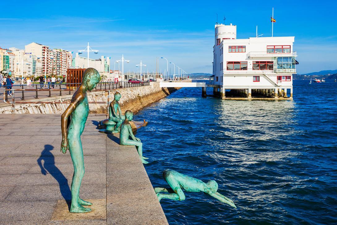 El Monumento a los Raqueros está dedicado a los niños huérfanos que se sumergían en las aguas del Cantábrico para recoger las monedas que los pasajeros y tripulantes de los barcos les echaban.