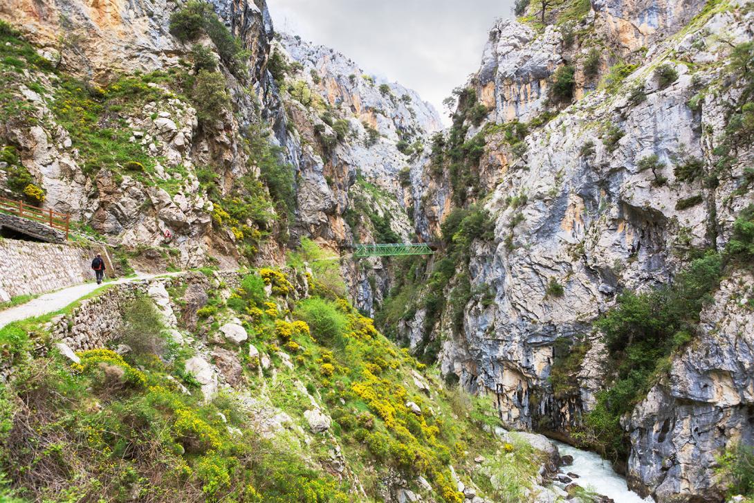 La ruta del Cares discurre por la Garganta del río Cares, una excursión de 12 kilómetros de longitud.