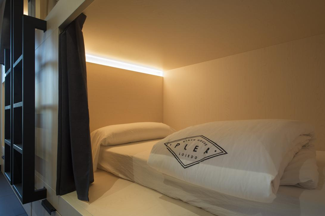 Dentro de la cápsula tienes espacio para cargar tus dispositivos y dispones de una cortina para aislarte cuando lo necesites.