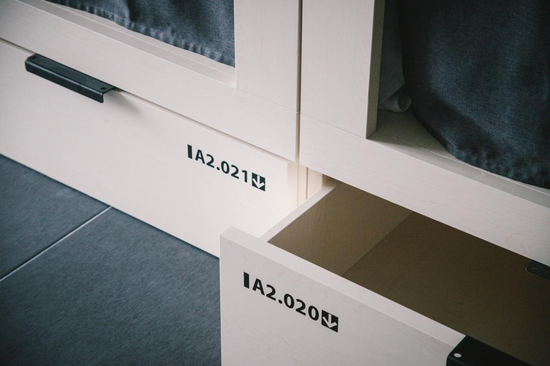 Puedes guardar tu equipaje en un cajón-taquilla de 100 x 100 x 30 cm de altura. Por ello, recomendamos viajar con una maleta de cabina de avión.