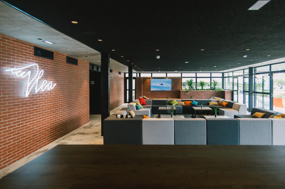 ¿Tienes pensado hacer un evento? El gran salón de Plea es perfecto para hacer presentaciones y charlas.