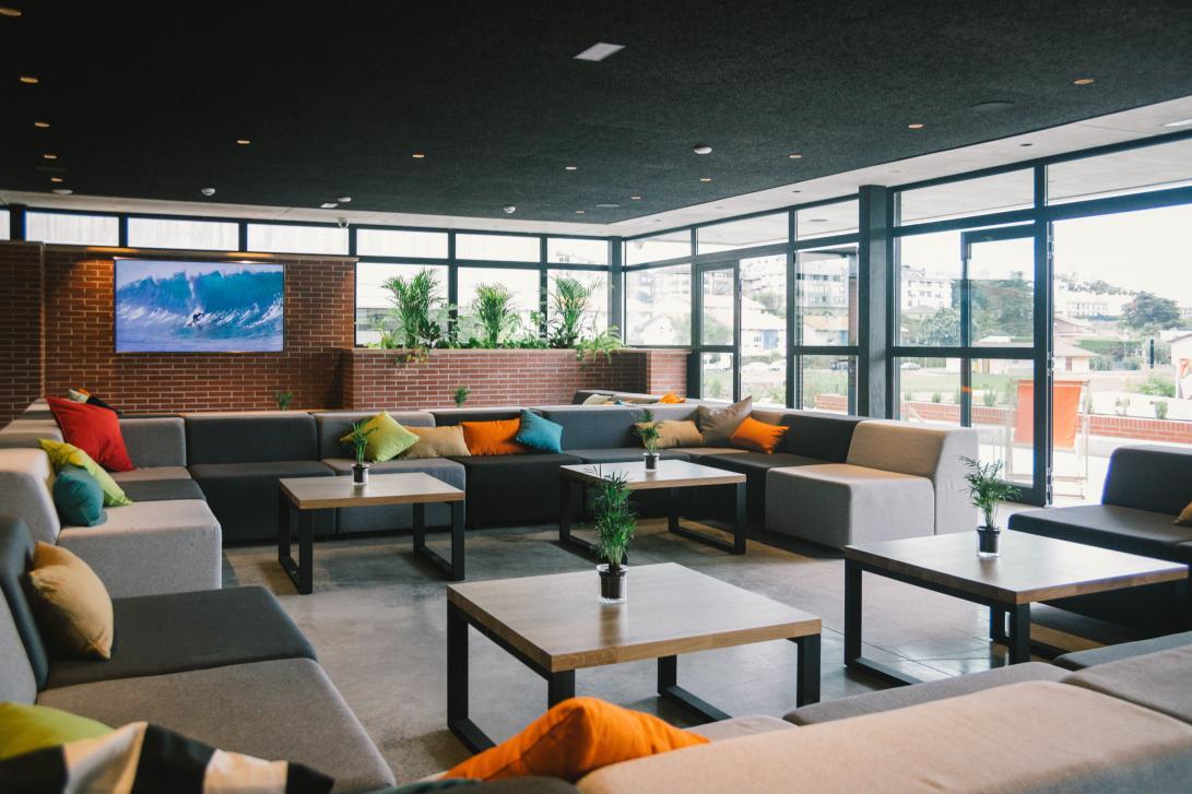Desde el salón no te pierdes nada del fantástico entorno gracias a su diseño abierto y grandes ventanales.