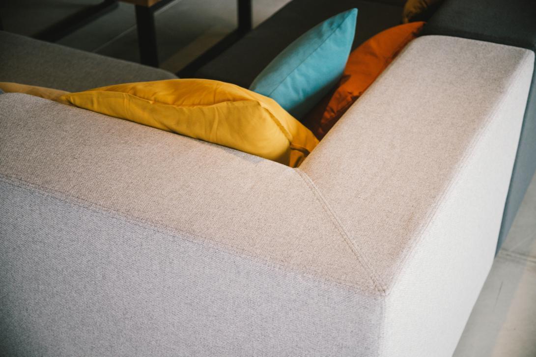 Modifica el salón a tu gusto, los sofás de PLEA, además de ser muy cómodos, son modulares.